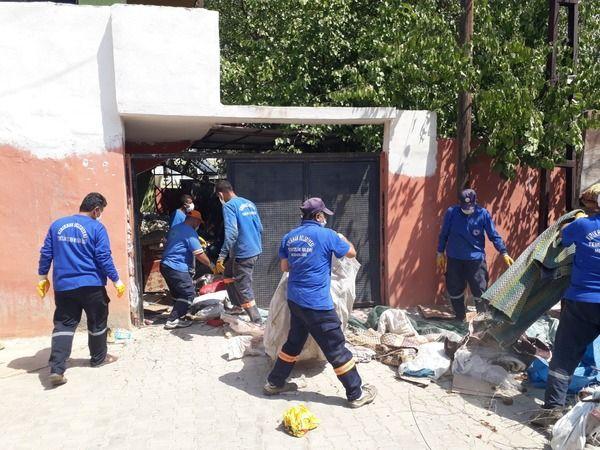 Çöp ev boşaltıldı, sahipleri hastaneye götürüldü
