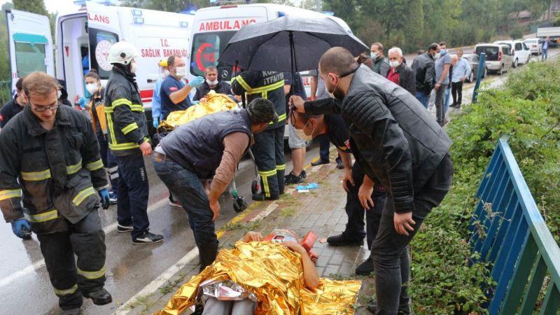 Yağan yağmurda yaralılar ıslanmasın diye şemsiyesini açarak dakikalarca bekledi