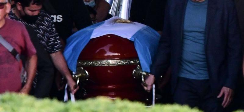 Maradona anne ve babasının yanına gömüldü