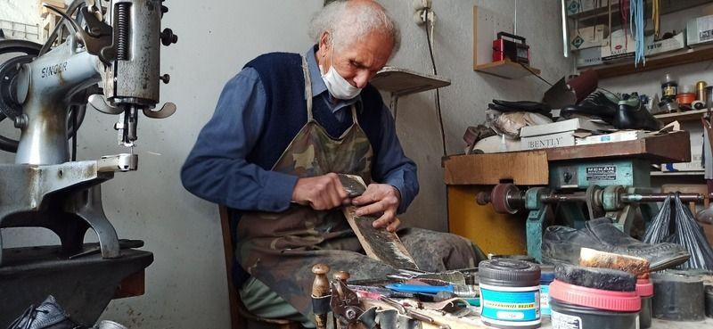 74 yaşında, 60 yıldır ayakkabı tamir ediyor