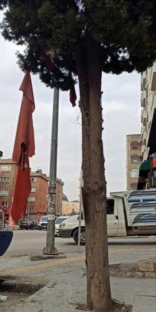 Mardin'de rüzgardan zarar gören Türk bayrağı, vatandaşın duyarlılığıyla yenilendi