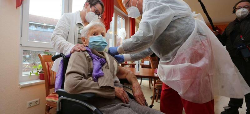 AB'de ilk koronavirüs aşıları yapıldı, Türkiye geç mi kaldı?
