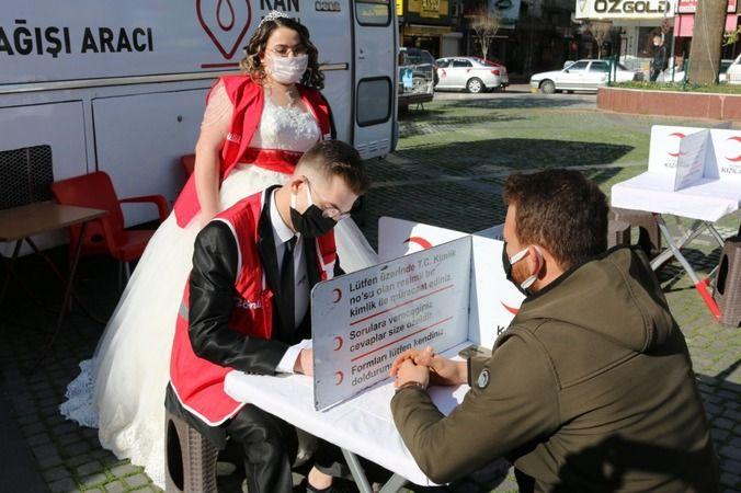 Gelinlik ve damatlığı ile gelip kan bağış aracında hizmet verdiler