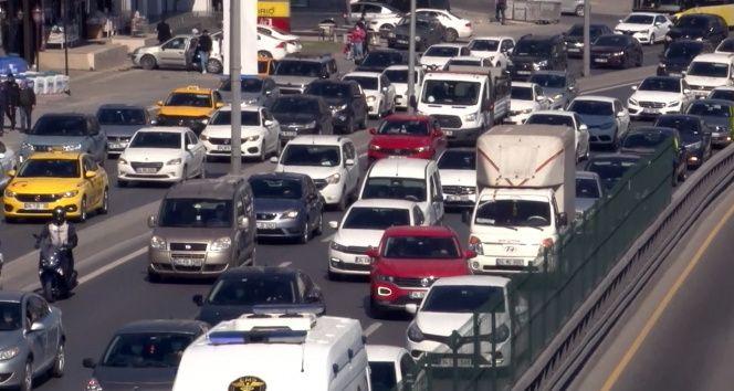 82 saatlik kısıtlama öncesi E-5 Karayolunda trafik yoğunluğu oluştu