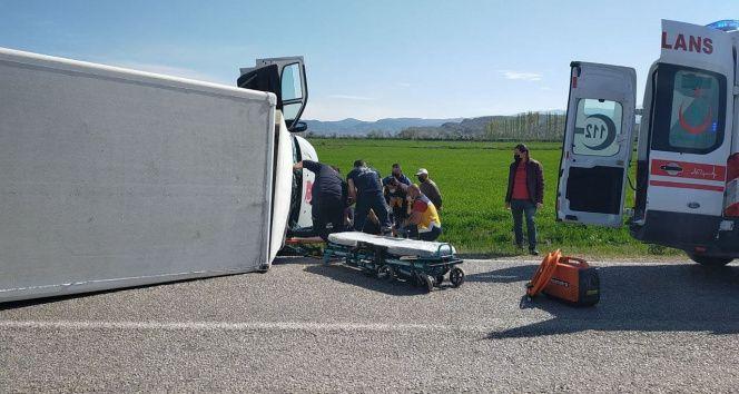 Kamyonette sıkışan sürücüyü kurtarmak için ekipler zamanla yarıştı