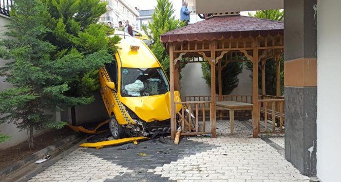 Beylikdüzü'nde ticari taksi sitenin bahçesine uçtu