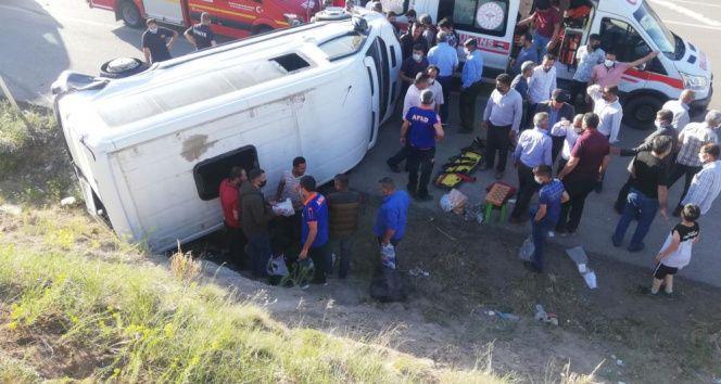 Lastiği patlayan minibüs devrildi: 8 yaralı!