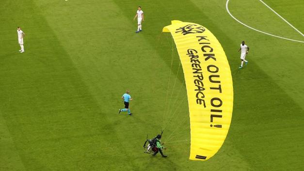 Fransa - Almanya maçında paraşütlü protesto