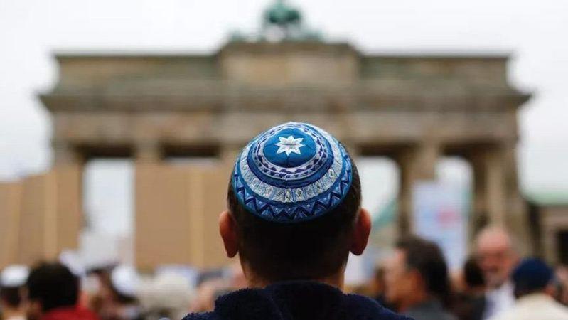 Almanya, Yahudi'ye teslim oldu