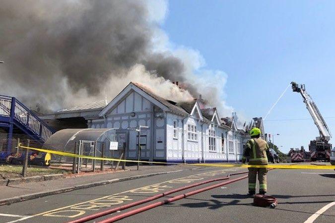 İskoçya'da tren istasyonunda çıkan yangın seferleri iptal ettirdi