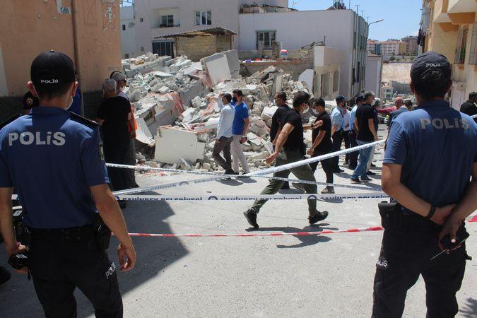 5 katlı bina kaçak kat çıkılması nedeniyle çökmüş
