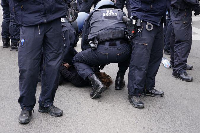 Berlin'de izinsiz korona protestolarında göstericiler ile polis arasında arbede