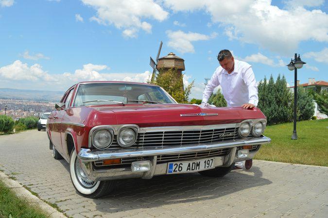 Sıfır araç fiyatına aldığı 1965 model klasik otomobiline gözü gibi bakıyor