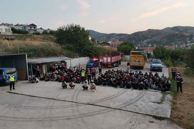 Erdek'te iki kamyonda 180 mülteci yakalandı