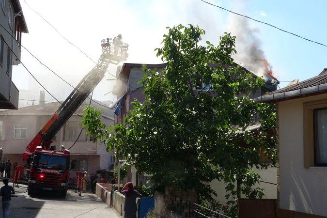 Pendik'te çatı yandı, vatandaşlar söndürmek için çatıya tırmandı
