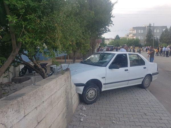 Otomobil kaldırımda duran gençlerin arasına daldı: 4 yaralı