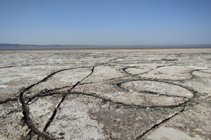 Suların kıyıdan 1 kilometre çekildiği Acıgöl, 3 ay öncesine göre yarı yarıya küçüldü
