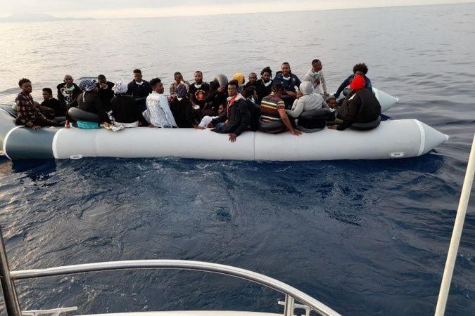 Yunanlıların Türk karasularına bıraktığı 33 düzensiz göçmen kurtarıldı