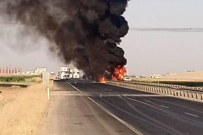 Kızıltepe'de kaza yapan tır alev alev yandı