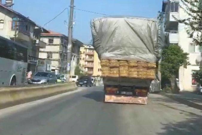 Saman yüklü kamyonet böyle tehlike saçtı