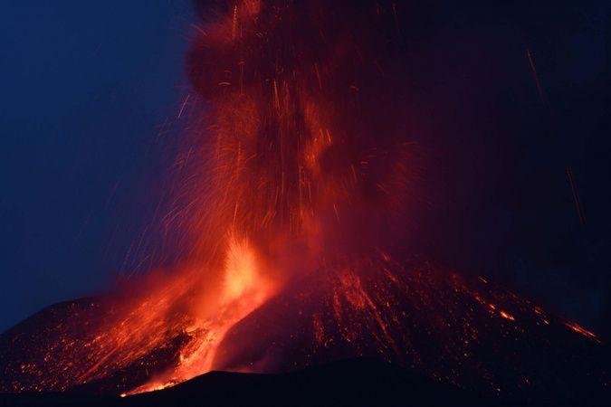 İtalya'daki Etna Yanardağı kül ve lav püskürttü