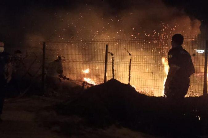 Bursa'da çalılık alanda çıkan yangın geceyi aydınlattı