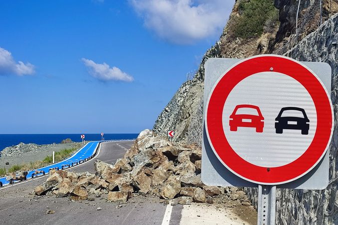Hatay'da heyelan: Samandağ-Arsuz yolu trafiğe kapandı