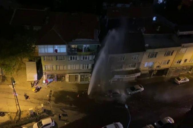 Kadıköy'de İSKİ'ye ait su borusu patladı, yol göle döndü