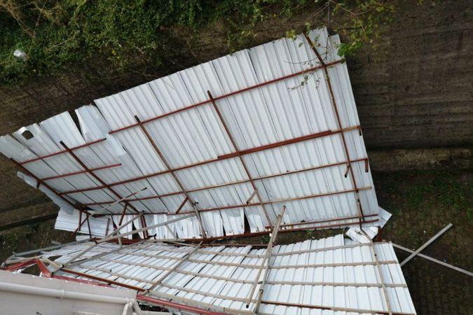 Şiddetli fırtına çatıyı uçurdu, dehşet anları amatör kamerada