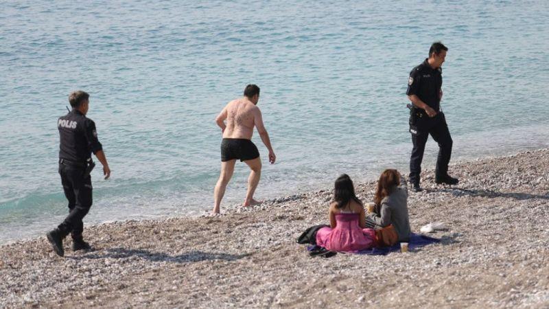 Kıyafetleriyle denize girince polis harekete geçti
