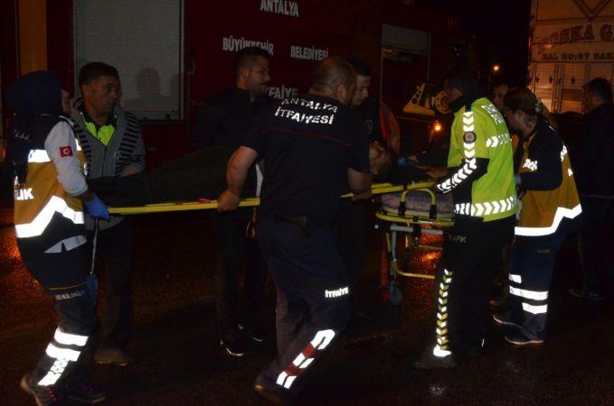 Antalya'da otomobil ile kamyonet çarpıştı: 6 yaralı