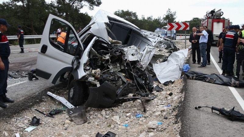 Antalya'da trafik kazası: 1 ölü, 14 yaralı