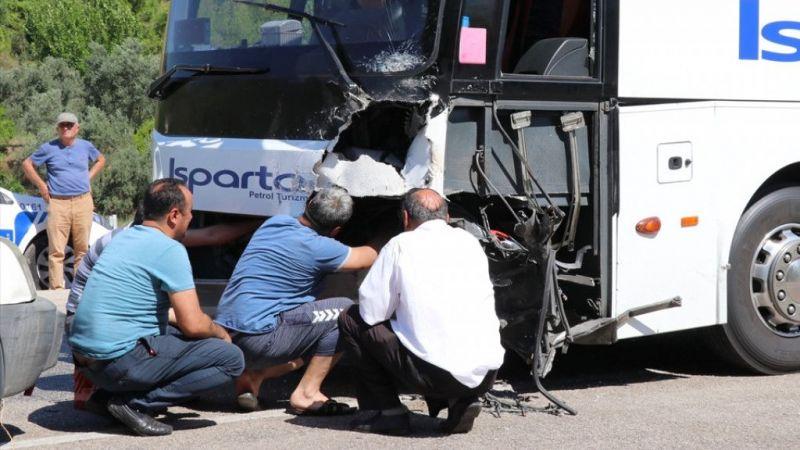 Antalya'da yolcu otobüsüyle otomobil çarpıştı: 2 ölü, 3 yaralı