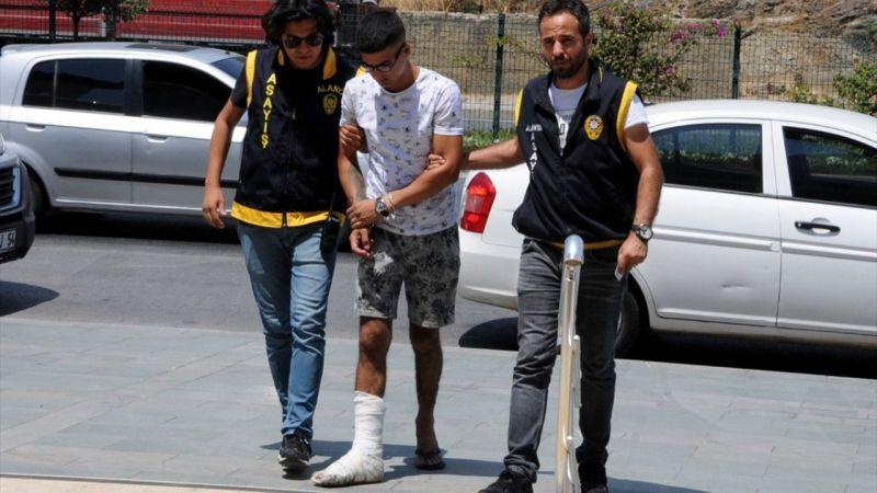 Ev sahibiyle karşılaşınca ikinci kattan atlayan hırsızın ayağı kırıldı