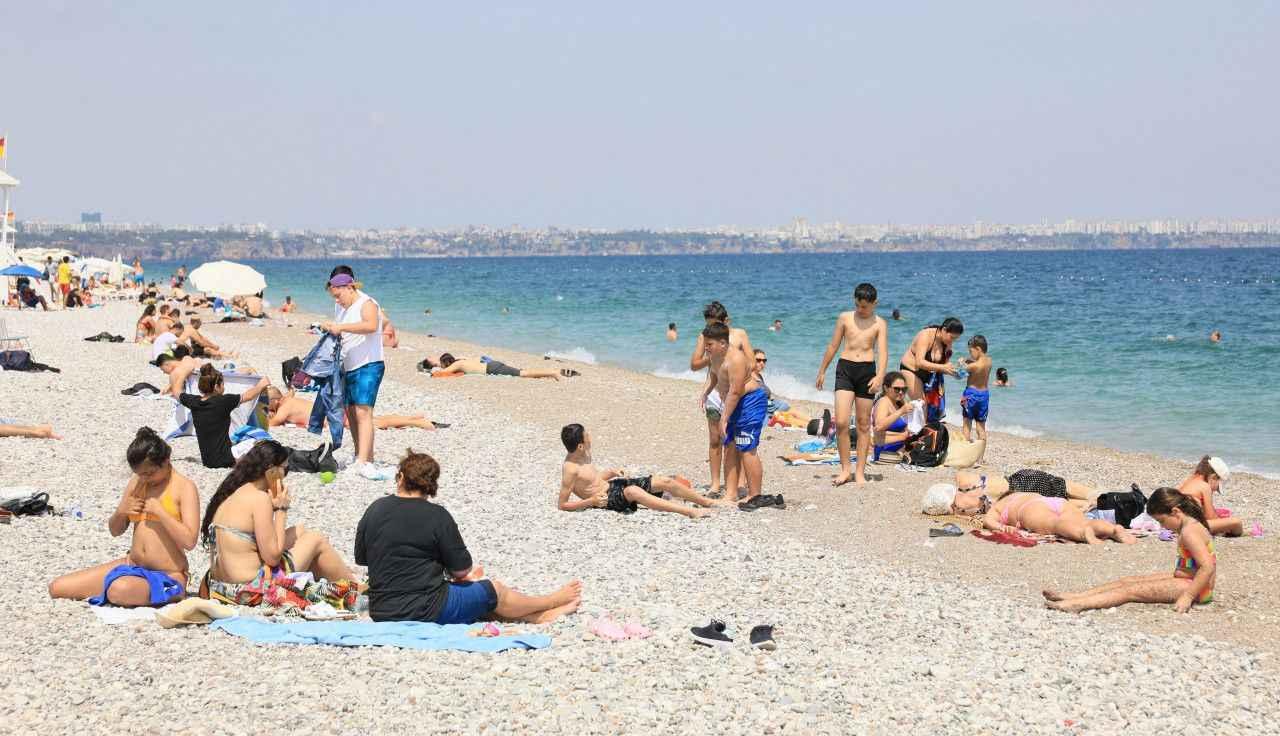 Antalya'da maske ve fiziki mesafe unutuldu - Akdeniz Telgraf