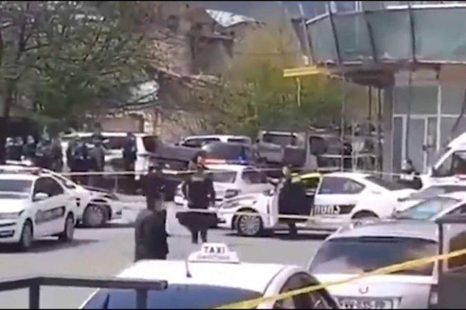 Gürcistan'da banka çalışanları ve müşteriler rehin alındı