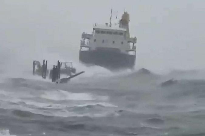 Filipinler'de kargo gemisi karaya oturdu: 4 ölü 9 kayıp