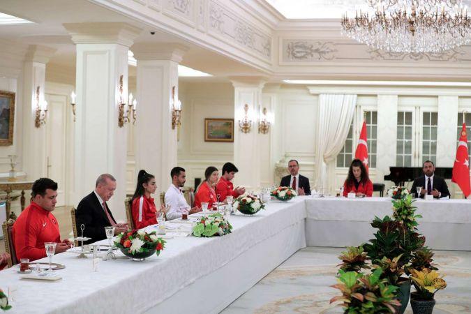 Cumhurbaşkanı Erdoğan milli sporcularla iftarda bir araya geldi
