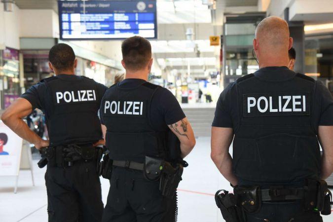 """Almanya'da """"halkı kin ve düşmanlığa sevk eden polislere"""" operasyon"""