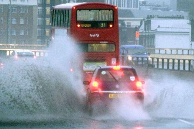 Sağanak yağış İngiltere'nin başkenti Londra'yı vurdu