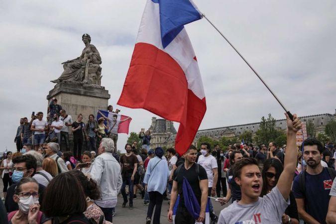 Fransa'da aşı zorunluluğu karşıtı gösteriler düzenlendi