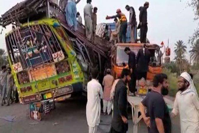 Pakistan'da otobüs ile kamyon çarpıştı: 28 ölü 40 yaralı