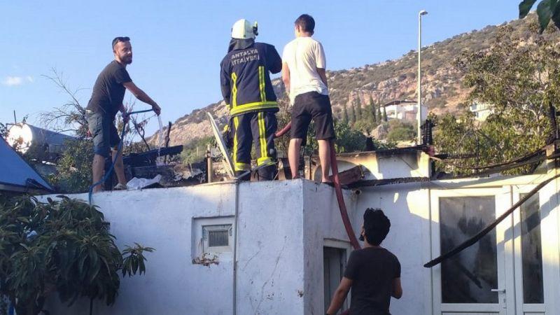 Kaş'ta iki ev yandı
