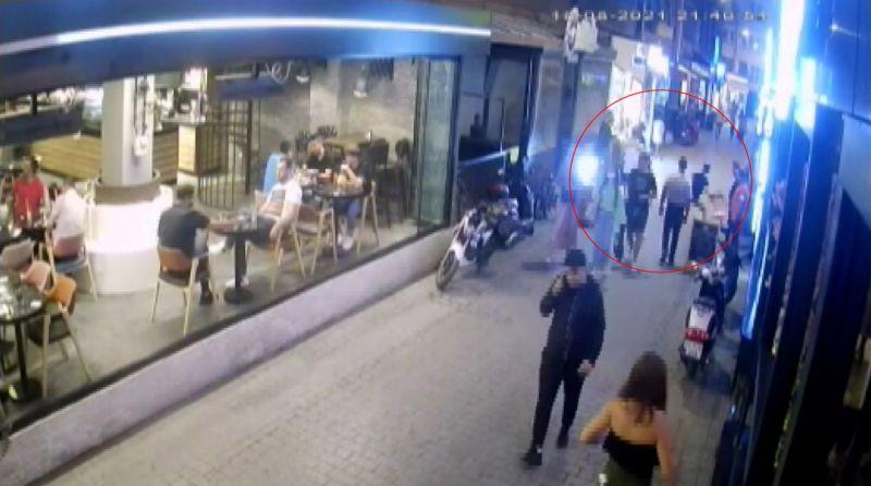 Caddede iki grubun tekme ve yumruklu kavgası kamerada