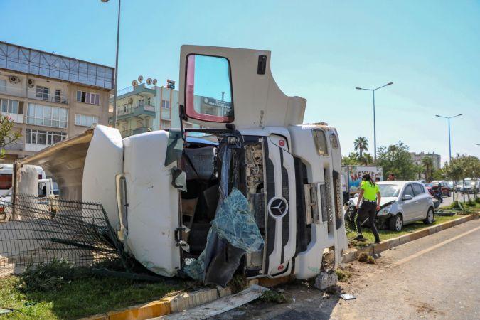 Kum yüklü kamyon, otomobile çarpıp devrildi