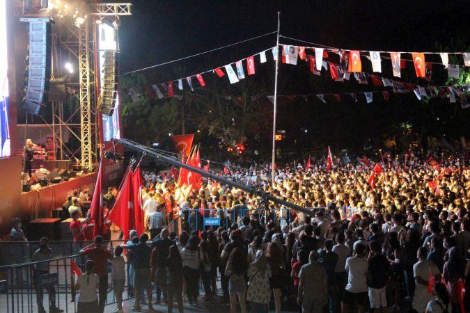 Antalyalılar Zafer Bayramı coşkusunu fener alayıyla yaşadı / Ek fotoğraflar