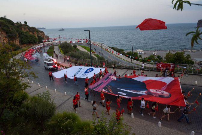 Antalyalılar Zafer Bayramı coşkusunu fener alayıyla yaşadı