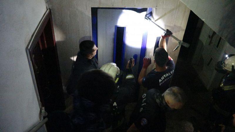 Asansör kabininde çıkan yangın korkuttu