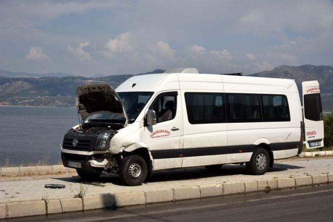 Kamyonet minibüse çarpıp, takla attı
