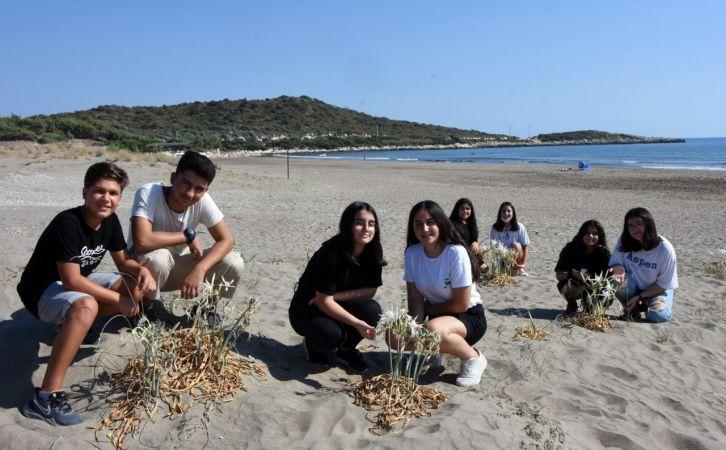 Öğrenciler, ilk kez gördükleri kum zambaklarının korunmasını istedi